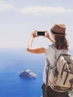 Mujer tomando una foto con su celular