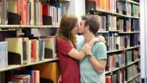 Jóvenes besándose en salón de clases