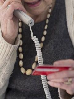 Mujer, telefono, estafa