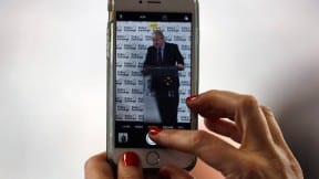 Mujer con un iPhone