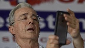 Álvaro Uribe con un celular