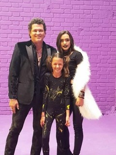 Carlos Vives, cantante, con sus hijas Lucy y Elena.