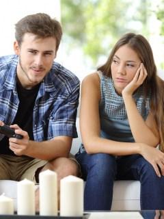 Hombre jugando viodeojuegos y novia enojada
