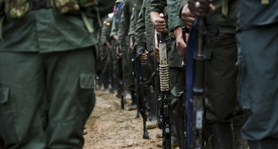 Miembros de las Farc con armas