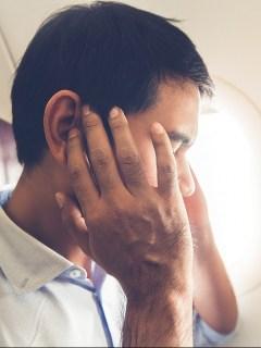 Hombre en avión