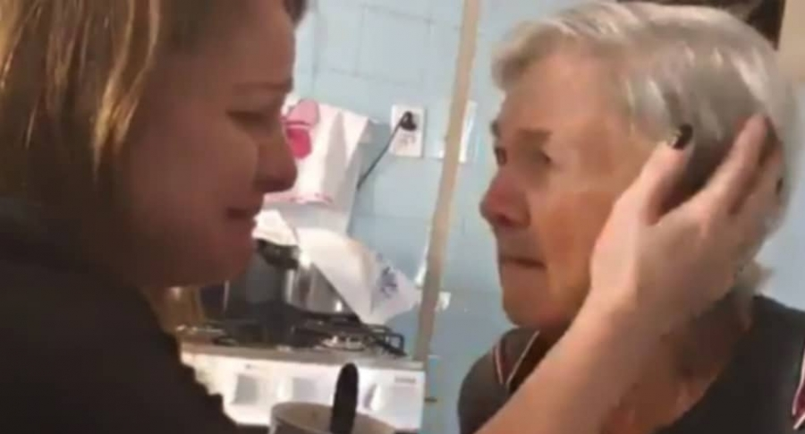 Captan momento en el que anciana con Alzheimer reconoce a su nieta (VIDEO)