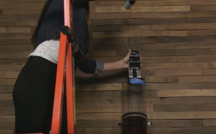 iPhone sumergido en tubo de cerveza