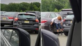 Mujer saliendo de parqueadero.
