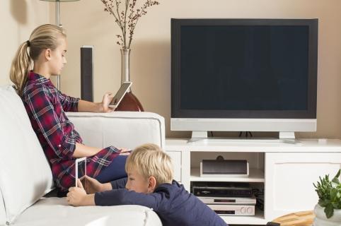 Niños con celulares y televisión