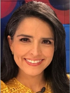 Claudia Palacios y mujer de espaldas