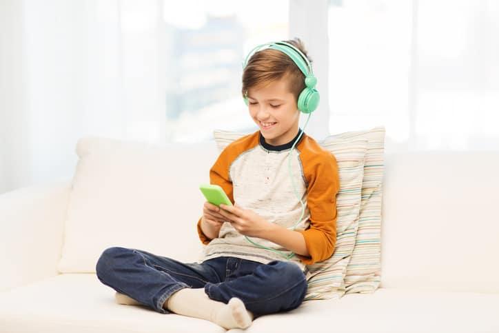 Niño jugando en celular