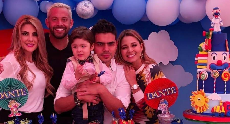 Ana Karina Soto y Melissa Martínez, presentadoras; Matías Mier, futbolista; y Alejandro Aguilar, actor, alzando a su hijo Dante.