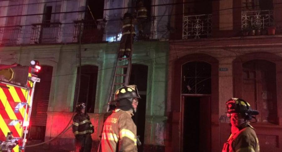 Bomberos controlando la emergencia