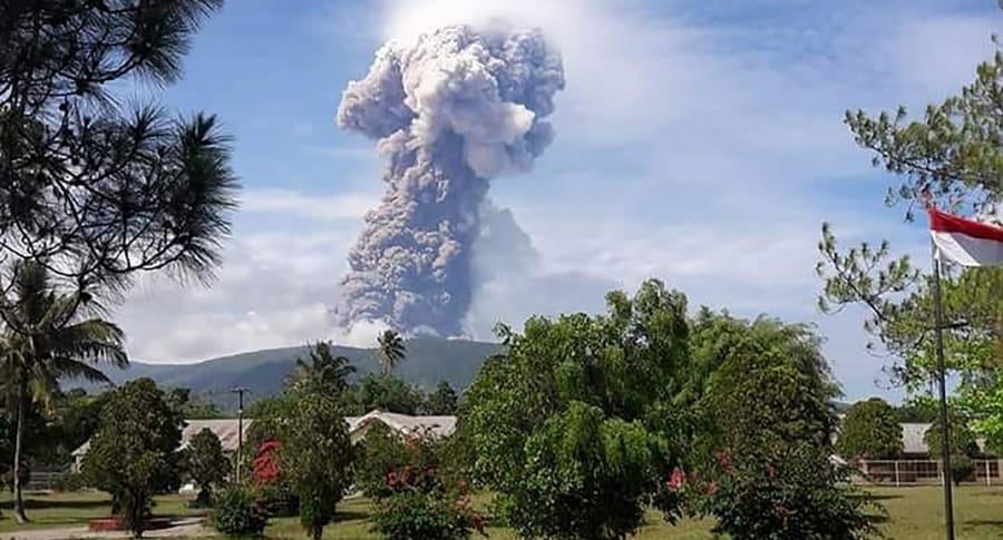 Volcán Soputan en Indonesia