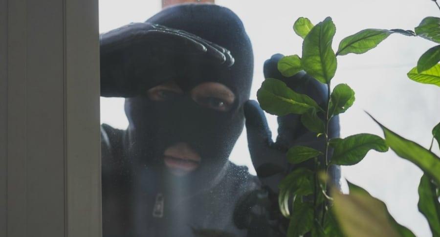 Ladrón mira por una ventana.