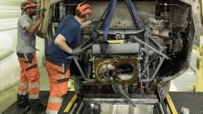 Dos hombres trabajan en un motor