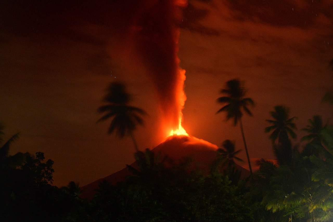El monte Soputan erupción en el norte de Sulawesi, Indonesia