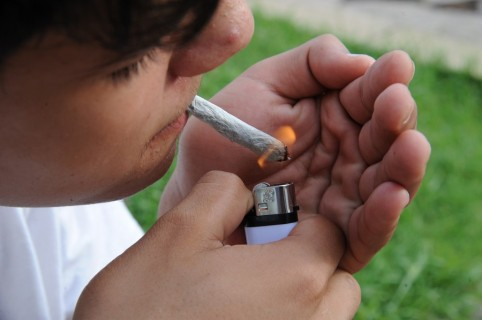 Joven con cigarro de marihuana