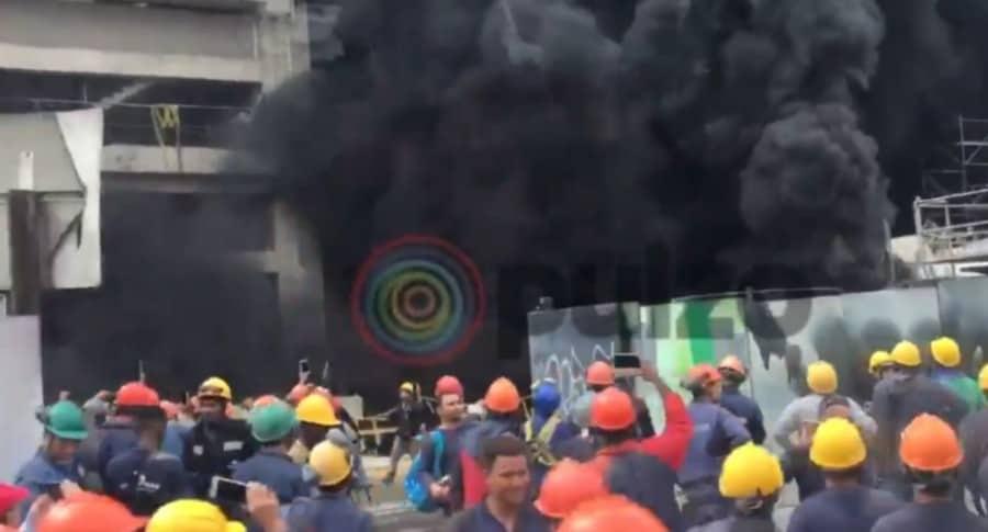 Trabajadores evacuan edificio.