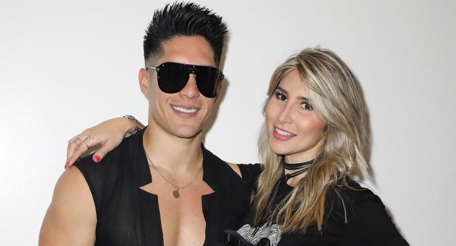 Chyno Miranda, cantante, con su esposa  Natasha Araos.