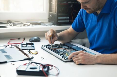 Hombre reparando un computador