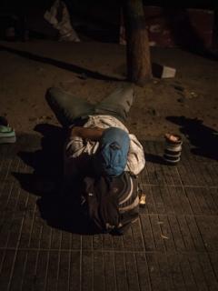 Venezolano acostado en el piso