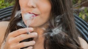 Mujer fumando una dosis mínima de marihuana