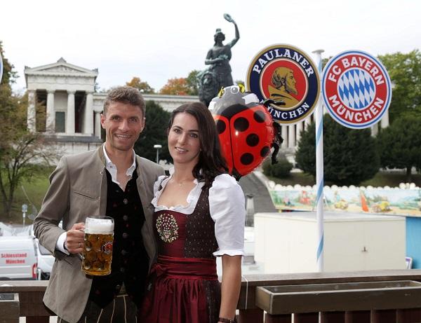 Thomas Mueller y su esposa Lisa