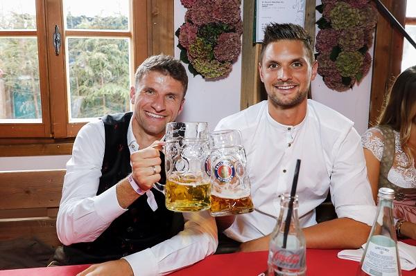 Thomas Mueller y Sven Ulreich