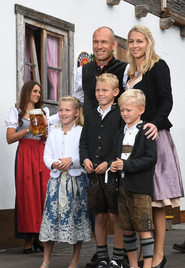 Arjen Robben con su esposa Bernadien Robben y sus hijos Lynn, Luka y Kai Robben
