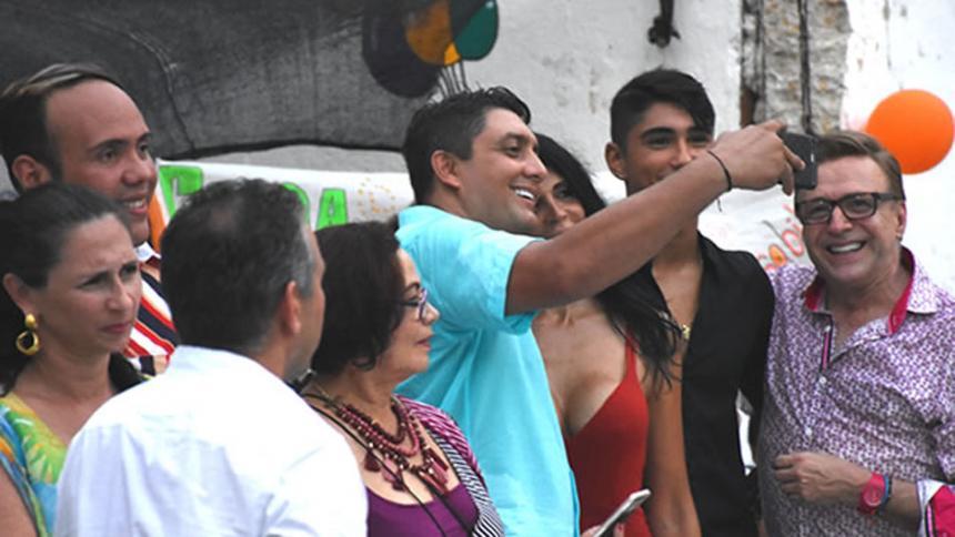 Víctor Arango, director de Distriseguridad de Cartagena, cuando se tomaba la selfi con Liliana Campos.Wilfred Arias y Lorena Henríquez