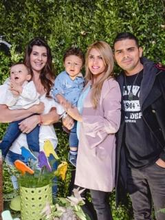 Las presentadoras Carolina Cruz y Ana Karina Soto con sus parejas, los actores Lincoln Palomeque y Alejandro Aguilar, respectivamente, y sus hijos.