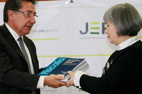 Néstor Humberto Martínez, Fiscal General, y Patricia Linares, presidenta de la JEP