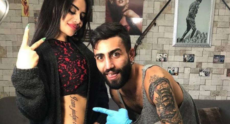 Mujer con tatuaje mal traducido.