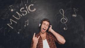 Hombre escuchando mu00fasica