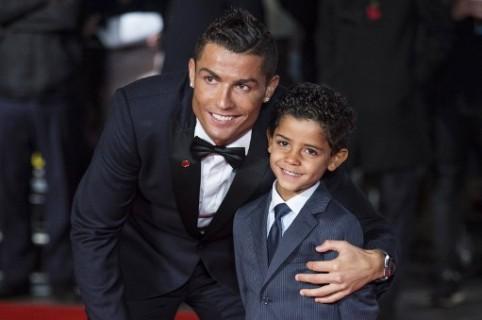 Cristiano Ronaldo junto a su hijo