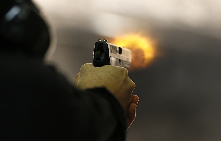 Hombre disparando pistola