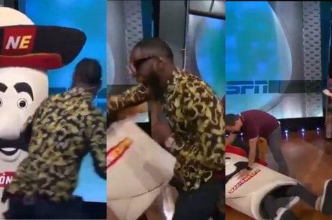 Momento en el que el boxeador lesiona al hombre debajo del disfraz