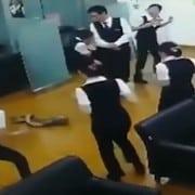 serpiente cae del techo de un banco