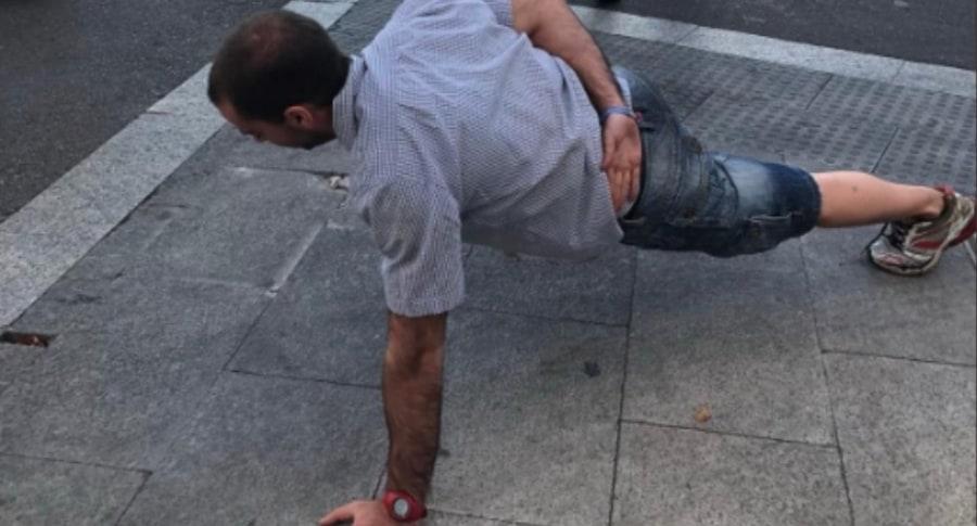 Hombre hace flexiones de pecho.