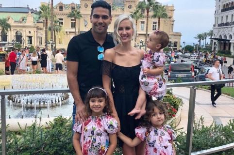 El futbolista Falcao García junto a su esposa, la cantante Lorelei Tarón, y sus hijas Dominique, Desirée y Annette.