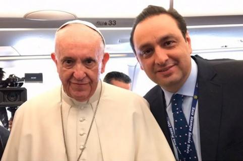 Papa Francisco y Jorge Alfredo Vargas, presentador.