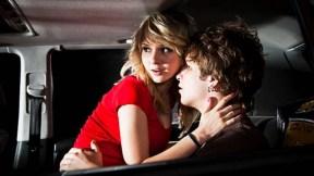 Pareja teniendo sexo en el carro