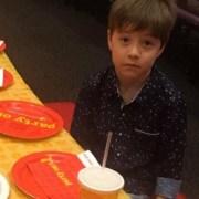 Niño plantado en su fiesta de cumpleaños