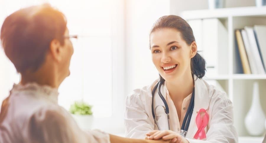 Médica y paciente de cáncer