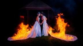 Novias prenden fuego a sus vestidos.