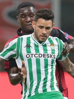 Cristian Zapata (Milan) y Antonio Sanabria (Betis)