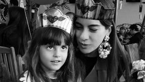 Andrea Serna, presentadora, con su hija Emilia.