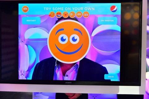 Hombre con un emoji en su cara