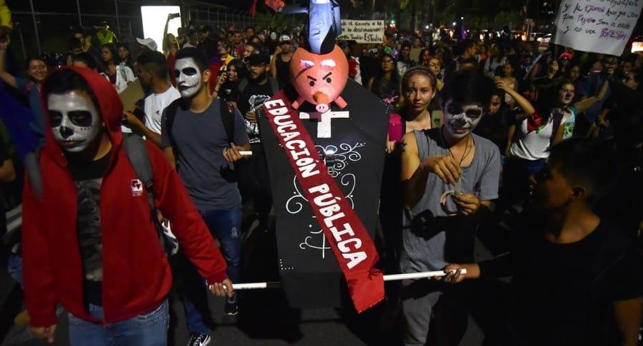 """Marcha """"zombie"""" en Cali exige alza de presupuesto para universidad pública"""